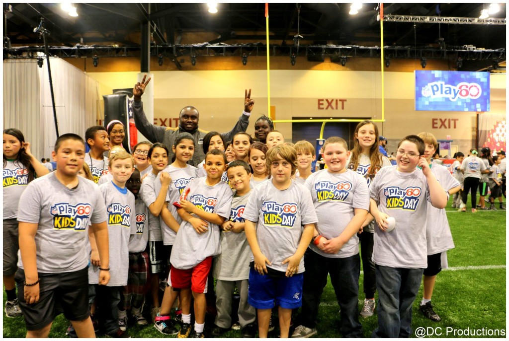 Davies Chirwa with Kids at the NFL Play 60 2015 in Phoenix Arizona